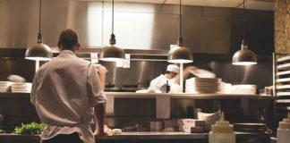Solidne stoły robocze – obowiązkowy element kuchni w restauracji