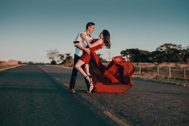 Jakie dodatki do czerwonej sukienki?